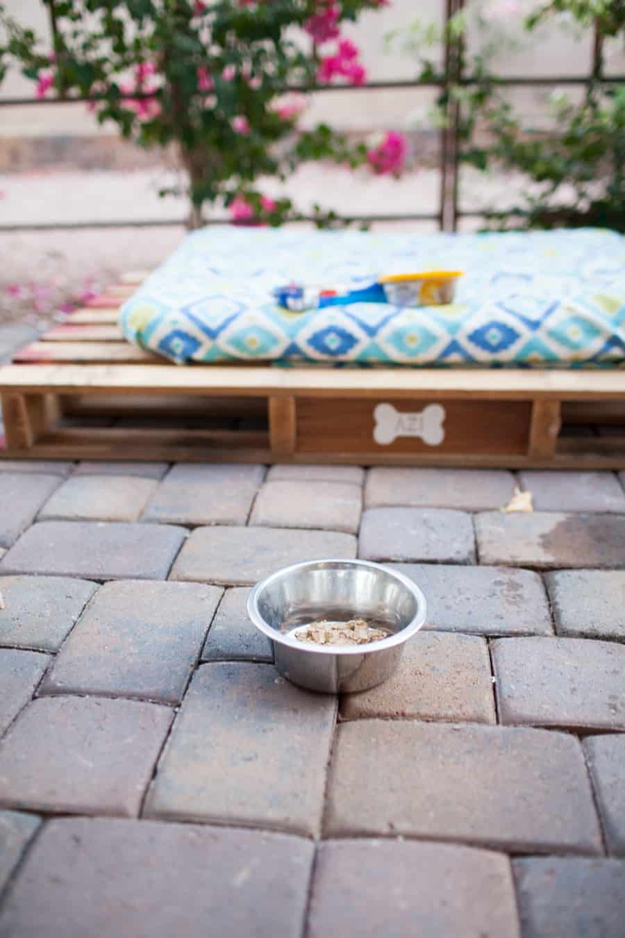 easy-diy-outdoor-dog-pallet-bed-7