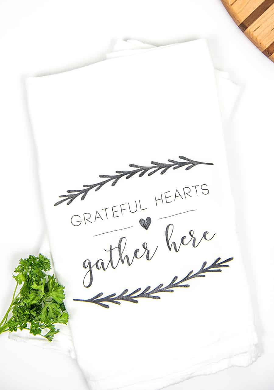Hostess DIY Kitchen Towels | Hostess Gift Towels | Hostess Gift | DIY Hostess Gift | Tea Towel Craft | Silhouette Cameo Crafts | Vinyl Crafts | Heat Transfer Vinyl Craft